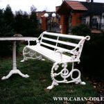 Zabytkowa ławka po renowacji i rekonstrukcji - biała.