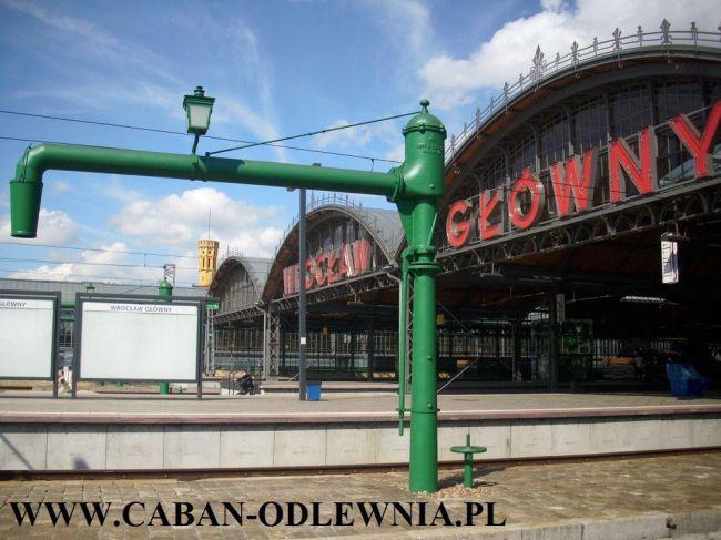 Zabytkowa pompa do nalewania wody do parowozów na Dworcu Głównym we Wrocławiu.