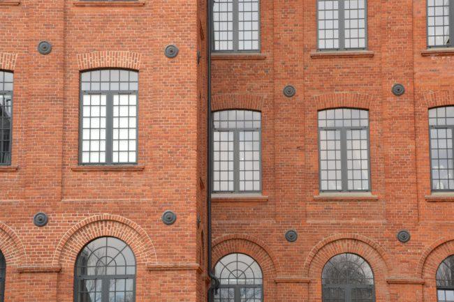 Ankry spinające mury budynku zespołu fabryk Księżego Młyna w Łodzi