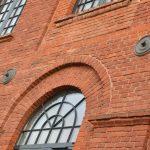 Żeliwna ankier spinająca mury zabytkowego budynku