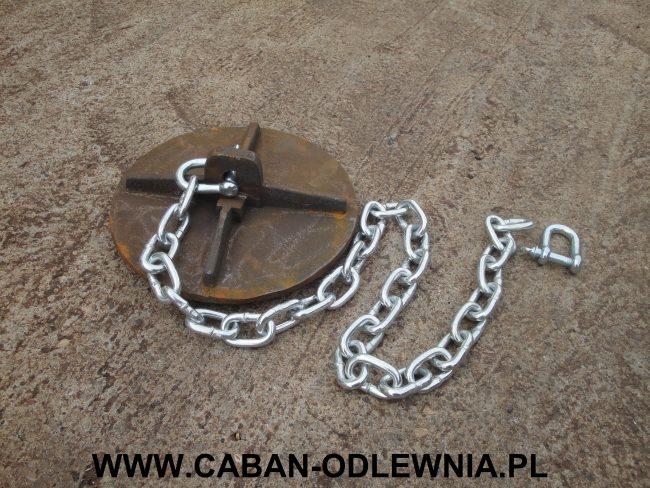 Żeliwny deflektor przygotowany do zawieszenia w piecu przy pomocy łańcucha i cybantów